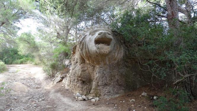 Blick auf die Löwen-Skulptur.