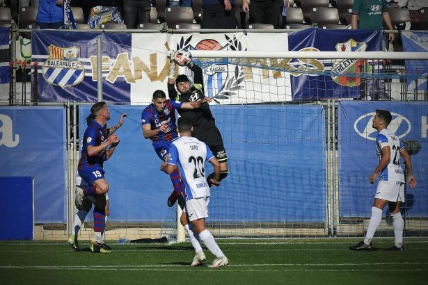 In dieser Szene kommt Atlético-Keeper Juan Carlos vor den Poblense-Stürmern Fernández (l.) und Vidal an den Ball.