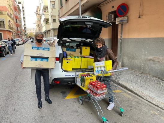 Mitarbeiter von European Accounting überbringen den Hilforganisationen einen Teil der Sachspenden.