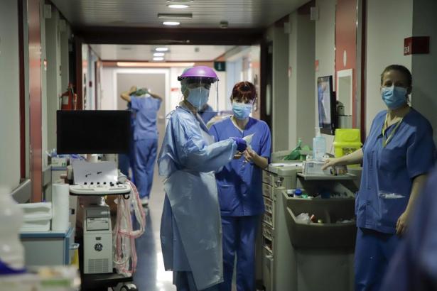 Corona-Mitarbeiter im Krankenhaus Son Espases.