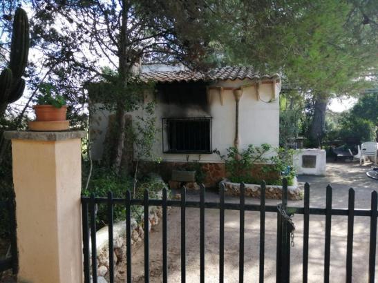 Blick auf das durch ein Feuer beschädigte Haus.