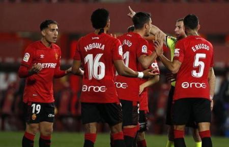 Kurz vor der Pause hat der Unparteiische den Real-Mallorca-Kicker Raíllo des Feldes verwiesen.