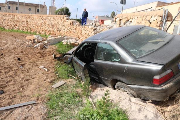 Das Auto rutschte eine Böschung hinunter.