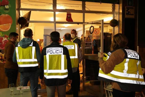 Polizisten im Einsatz in Palma de Mallorca.