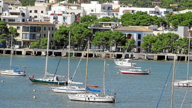 """Blick auf die """"Barraques"""" von Portocolom."""