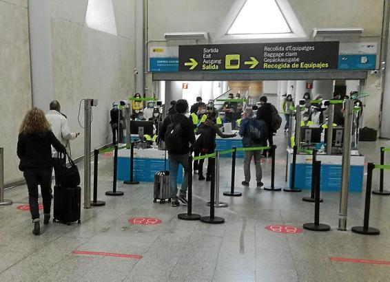 Das Foto zeigt den Kontrollbereich für die Gesundheitsdokumente im Ankunftsbereich am Airport Palma.