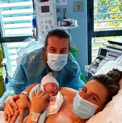 Glücklich strahlende Eltern: Der kleine Miguel erblickte am Samstagmorgen in Palma das Licht der Welt.