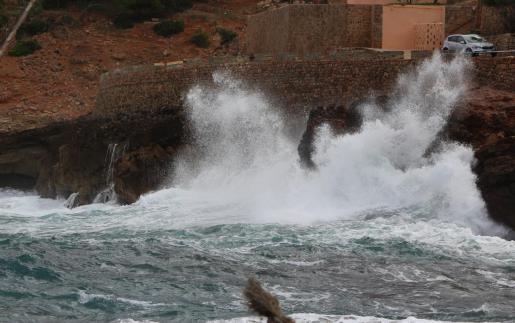 Mit bis zu drei Meter hohen Wellen an der Küste wie auf diesem Archivbild aus der Cala Sant Vicenç ist am Neujahrstag im Inselnorden zu rechnen.