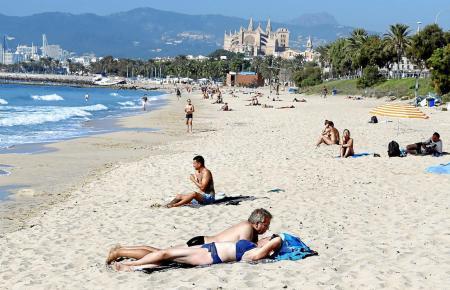 Urlauber genießen die Sonne an der Playa de Palma.