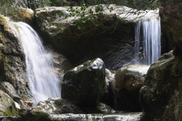 Durch die Biniaraix-Schlucht fließt ein Sturzbach.