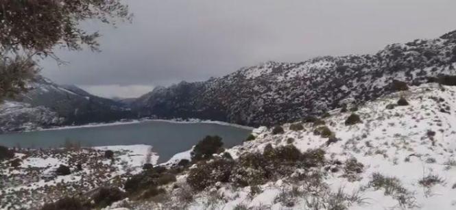 Das Standbild aus dem Twitter-Video von @mateurigo zeigt die verschneiten Berge rund um die Stauseen unterhalb des Puig Major.