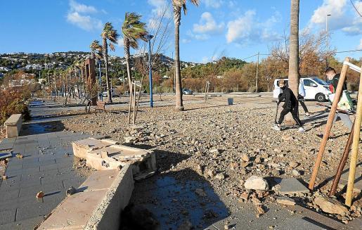 Der starke Sturm in der vergangenen Woche hat erhebliche Schäden an der Promenade in Port d' Andratx hinterlassen.