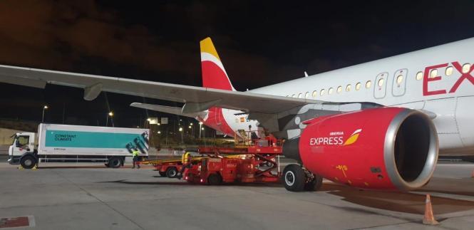 Flugzeug mit Pfizer-Impfdosen auf dem Flughafen von Mallorca.