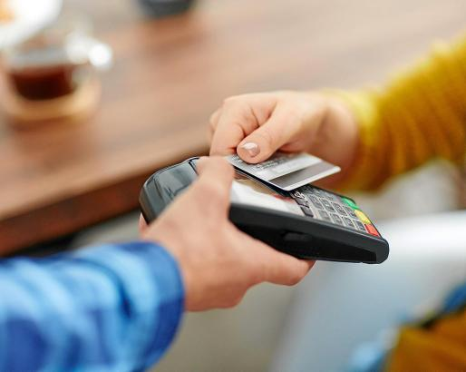 Es ist so einfach geworden: Viele, die früher fast alles mit Bargeld bezahlt haben, zücken immer öfter eine Karte, um die Rechnung zu begleichen.