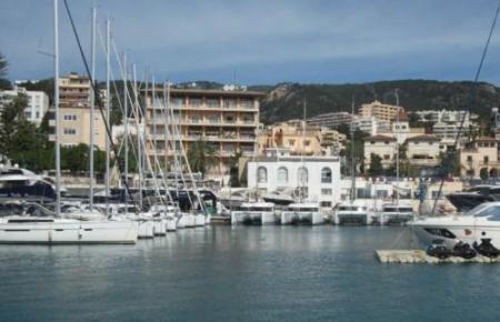 Blick auf Mietyachten im Hafen Calanova.