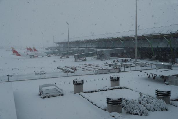 Der Flughafen von Madrid ist wegen der heftigen Schneefälle gesperrt.