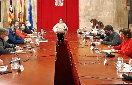 Vertreter der Balearen-Regierung, von Unternehmerverbänden und Gewerkschaften trafen sich am Freitag.