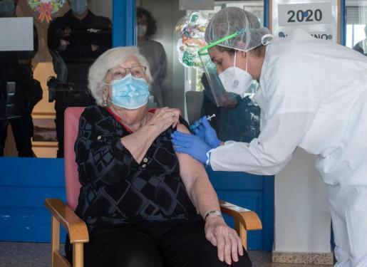 Eine Seniorin wird auf den Balearen geimpft.
