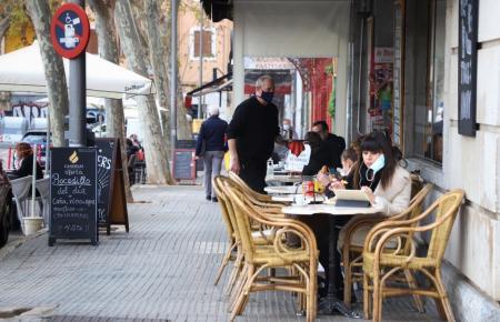 Blick auf eine Restaurantterrasse in Palma.