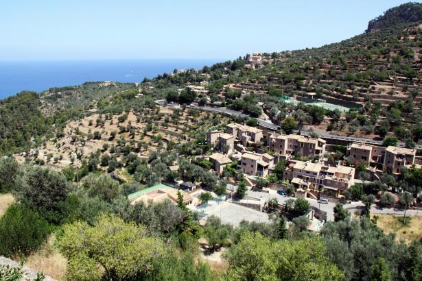 Blick auf das Gebirgsdorf Deià.
