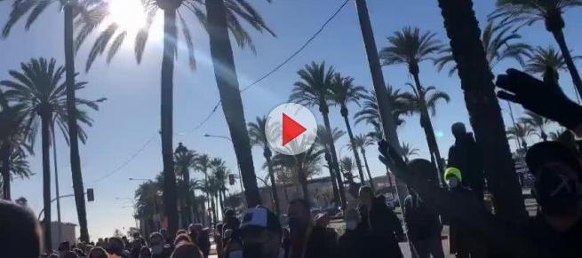 """Die Protestler vor dem Regierungssitz """"Consolat de Mar""""."""