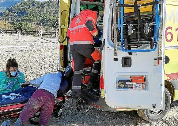 Die Verletzte wurde in einen Krankenwagen gelegt.