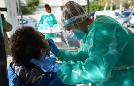 Einem Patienten wird ein Corona-Test gemacht.