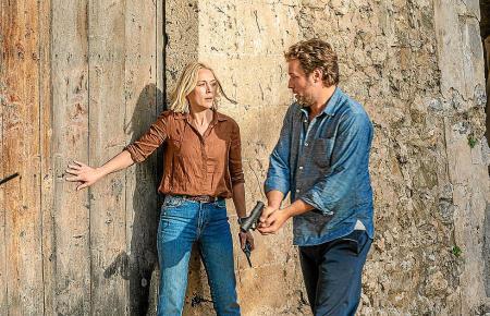 Miranda (Elen Rhys) und Max (Julian Looman) geraten bei ihrer Arbeit selbst in Gefahr.