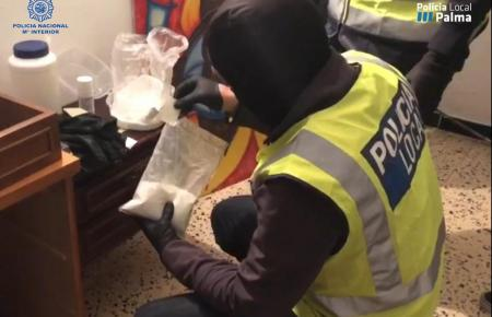 Ein Polizist findet Kokain in einer der Wohnungen.