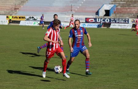 Hier versucht Giuliano Simeone (l.) von Atlético Madrid B, sich gegen Poblenses Mateo durchzusetzen.
