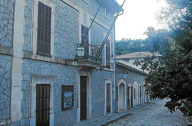 Blick auf das Rathaus von Escorca.