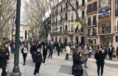 Friseure und Kosmetiker gehen trotz Demo-Verbot auf die Straße.