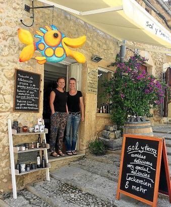 Annette Adolph (r.) mit ihrer Mitarbeiterin Claudia Hartwig vor ihrem Laden in Pollença.