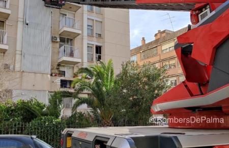 Bei diesem Feuerwehr-Einsatz in Palma mussten am Samstag Fassadenteile des Gebäudes entfernt werden, die herabzustürzen drohten.