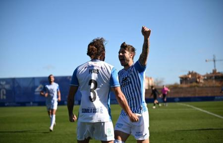Die Spieler von Atlético Baleares konnten gegen Rayo Majadahonda drei Tore bejubeln. Hier freuen sich José Peris (l.) und Cristian Perez.