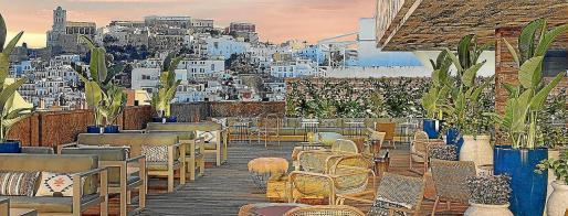 Die Terrasse des neuen Hotels auf Ibiza.