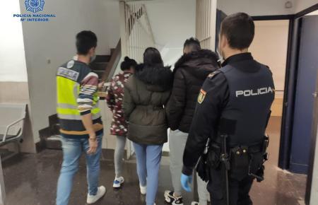Polizisten führen einige der Okupas ab.