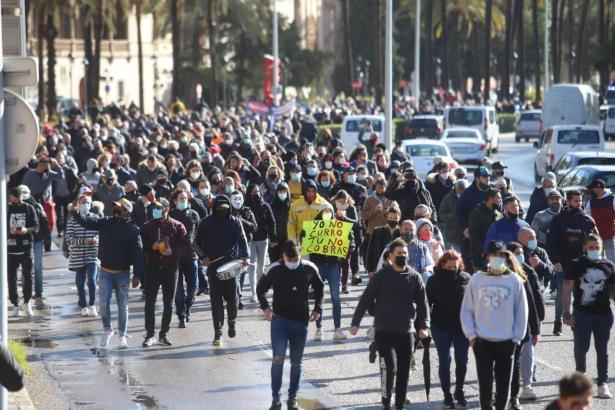 An der Demo nahmen 1000 Personen zu Fuß teil.
