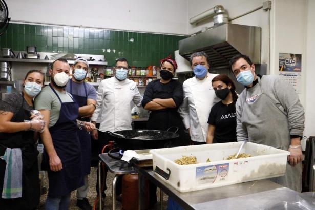 """Das Küchenteam der Hilfsorganisation """"Asociació Tardor"""" in Palma bereitet für soziale Tafel täglich warme Mahlzeiten zu."""