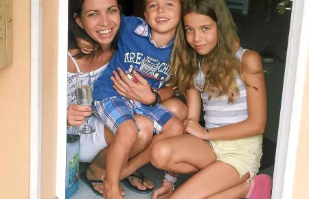 Der Alltag mit Tochter Taya und Sohn Linus kostet viel Zeit. Die Aufnahme entstand am 39. Geburtstag der Mutter.