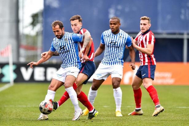 Im Einsatz gegen Atlético Madrid B: Hier versucht Atlético-Baleares-Kicker Canario den Ball vor einem Gegner abzuschirmen.