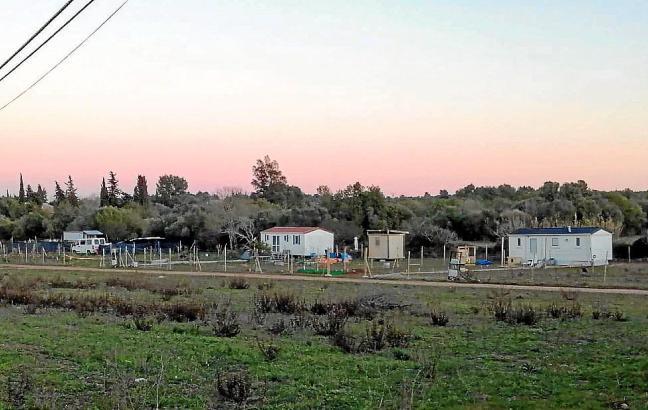 Das Grundstück mit den Fertighäusern befindet sich in der Nähe der Autobahn von Sineu.