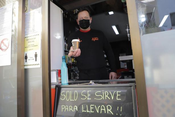 Ein Gastronom bietet Kaffee zum Mitnehmen an.