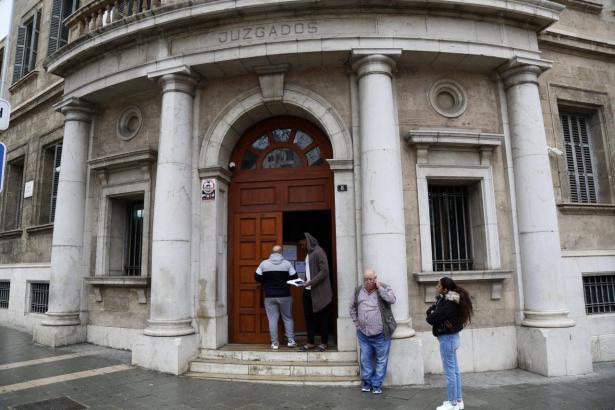 Blick auf den Eingang des Justizgebäudes an der Vía Alemania.