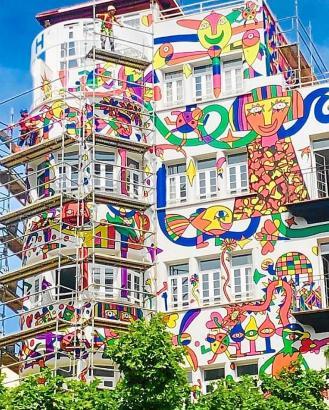 Geschaffen hat das Kunstwerk im Auftrag des Hoteleigentümers der mallorquinische Maler José Luis Mesas. Derzeit ist die Fassade durch Planen verhängt.