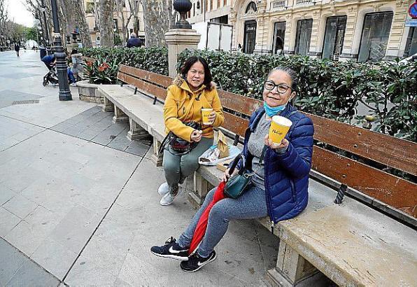 Total legal: Frauen trinken auf einer Bank am Boulevard Borne Kaffee.