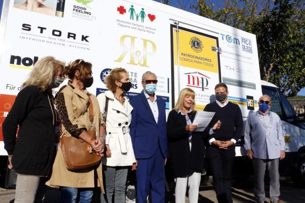 Mitglieder des Lions Club Palma und Unterstützer präsentierten Ende November 2020 den neuen Kühltransporter, der seitdem täglich inselweit Lebensmittel einsammelt und sie zu den Tafeln befördert.