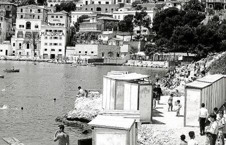 Als wäre es ein ganz anderer Ort: Die Bucht von Can Barbarà vor vielen Jahrzehnten – noch vor dem Bau des Paseo Marítimo.