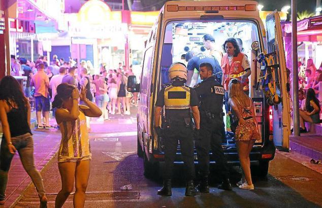 Sanitäter kümmern sich in Magaluf um Touristen.