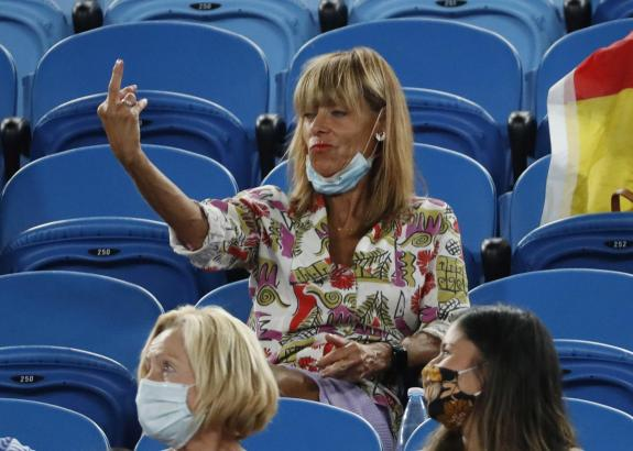 Eine Frau zeigt Tennisprofi Rafael Nadal bei den Australian Open den Stinkefinger. Sie wurde danach des Stadion verwiesen.